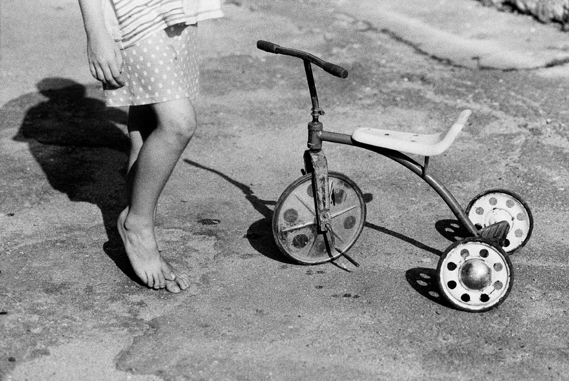 Füße mit Dreirad, 2002 © Loredana Nemes