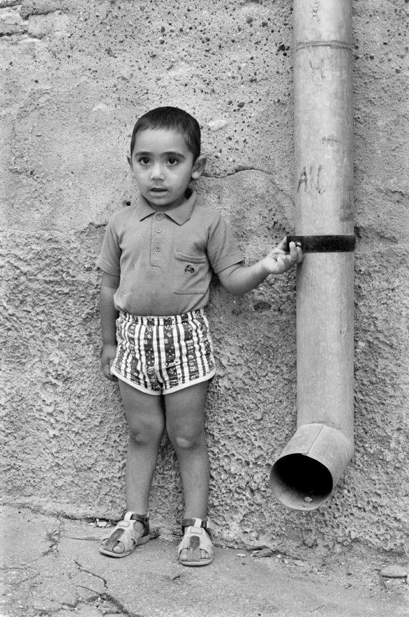 Junge an der Regenrinne, 2004 © Loredana Nemes