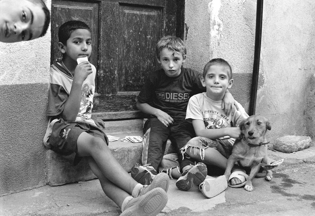 Jungen beim Kartenspielen, 2004 © Loredana Nemes