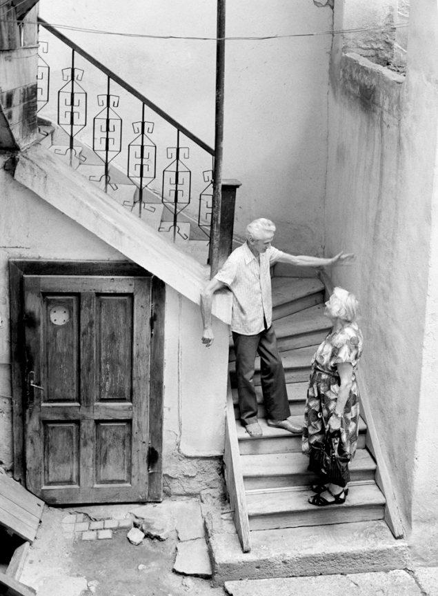 Gespräch auf der Treppe, 2002 © Loredana Nemes