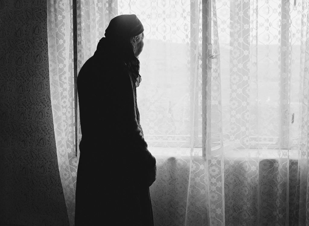 Frau am Fenster, 2007 © Loredana Nemes