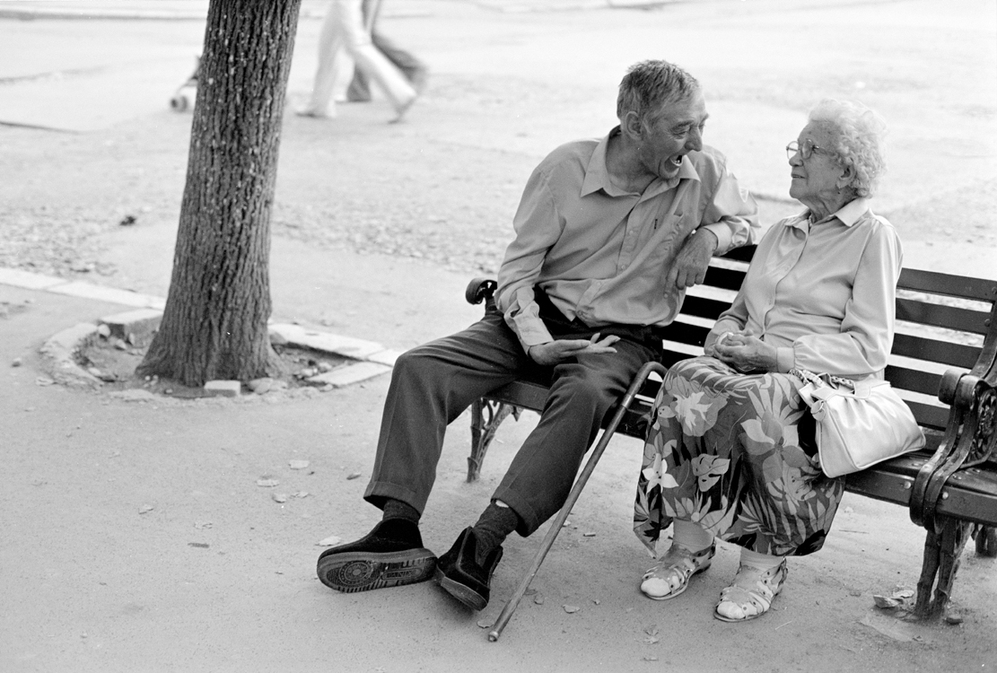 Gespräch auf der Bank, 2004 © Loredana Nemes