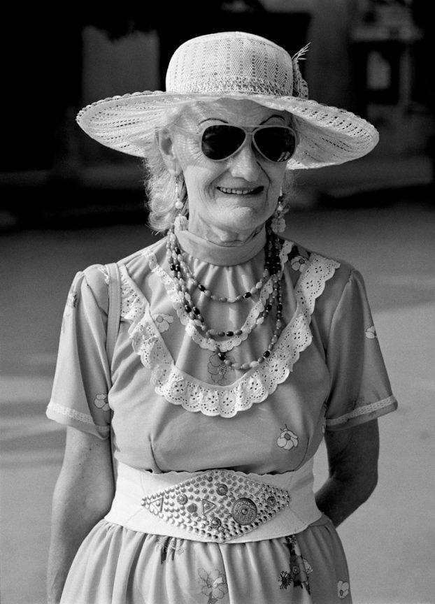 Frau mit Hut, 2004 © Loredana Nemes