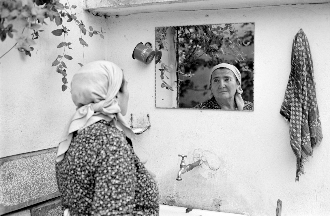 Lenuta im Spiegel, 2006 © Loredana Nemes