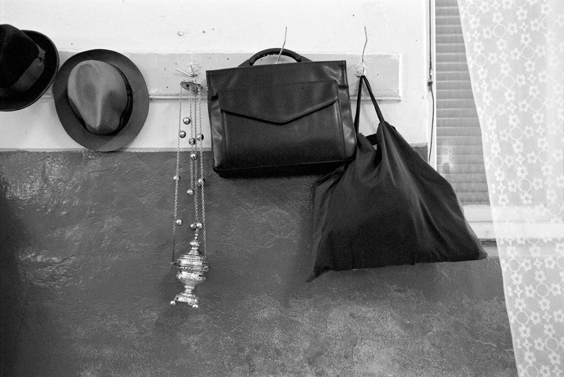 Hüte mit Weihrauchfass und Taschen, 2006 © Loredana Nemes